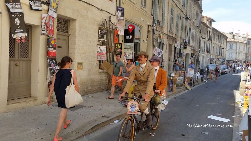 men on tandem bicycle in Avignon festival theatre