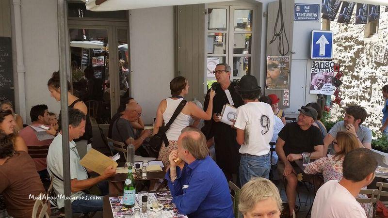 stage play trailer in restaurant Avignon